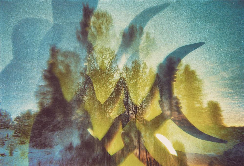 1975年,柯达公司创造了第一台数码相机,但为了不影响它们胶片的生产而从未批量生产过。2012年,数码影像成为最重要的介质,而坚守胶片行业的柯达公司宣布破产。然而胶片所特有的艺术魅力却并没有因为柯达的倒闭而消失,来自圣彼得堡的摄影师Polina Washington深受胶片摄影的影响,并通过双重曝光的方式结合人像与自然,拍摄了一系列神奇魔幻的森林作品。