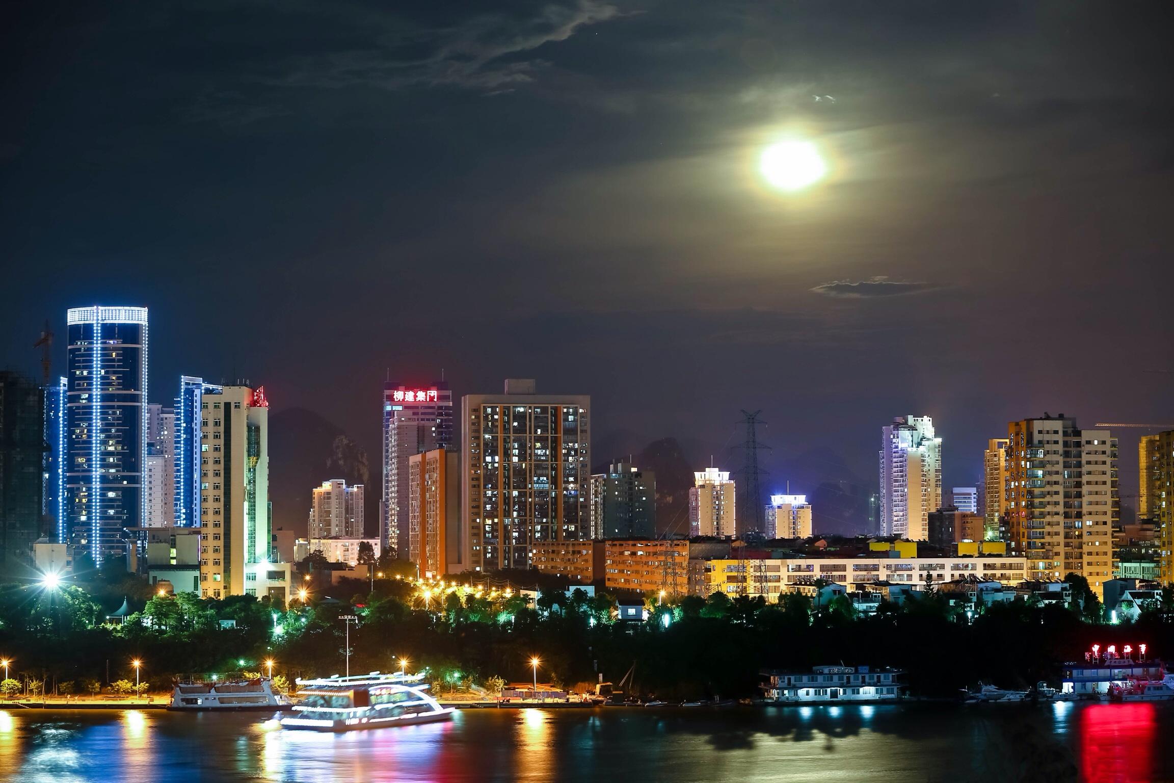 超级月亮下的夜景