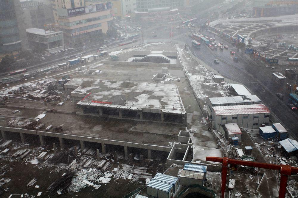 2013年2月7日16时,一场小雪给胜利门广场地铁工地带来了寒意。.jpg