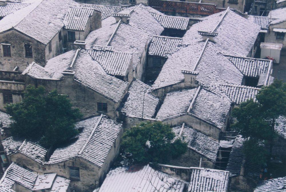 2000年1月,无锡胜利门地区书院弄民居群落的雪景,不久,这里将再也看不到这个民居群落和这样的雪景。.jpg
