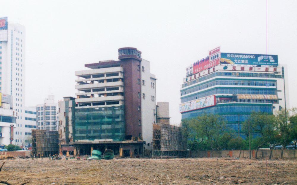 2001年4月9日,位于胜利门地区的老房子群落已经被全部拆除,无锡第一百货公司老大楼四周筑起了防护栏,即将进行定向爆破;在它不远的地方第一百货公司新的营业大楼已经开始营业。这里将建设成为胜利门广场。.jpg