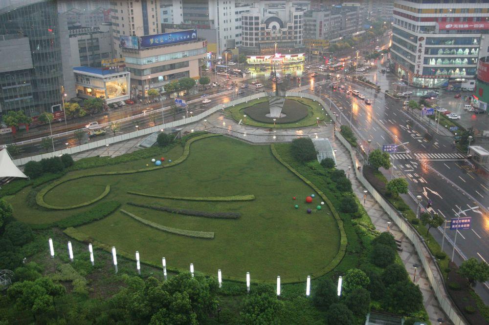 2009年9月22日上午9时56分,日全食降临无锡胜利门广场。而一个多月后,如此广场景象又将消失。.jpg