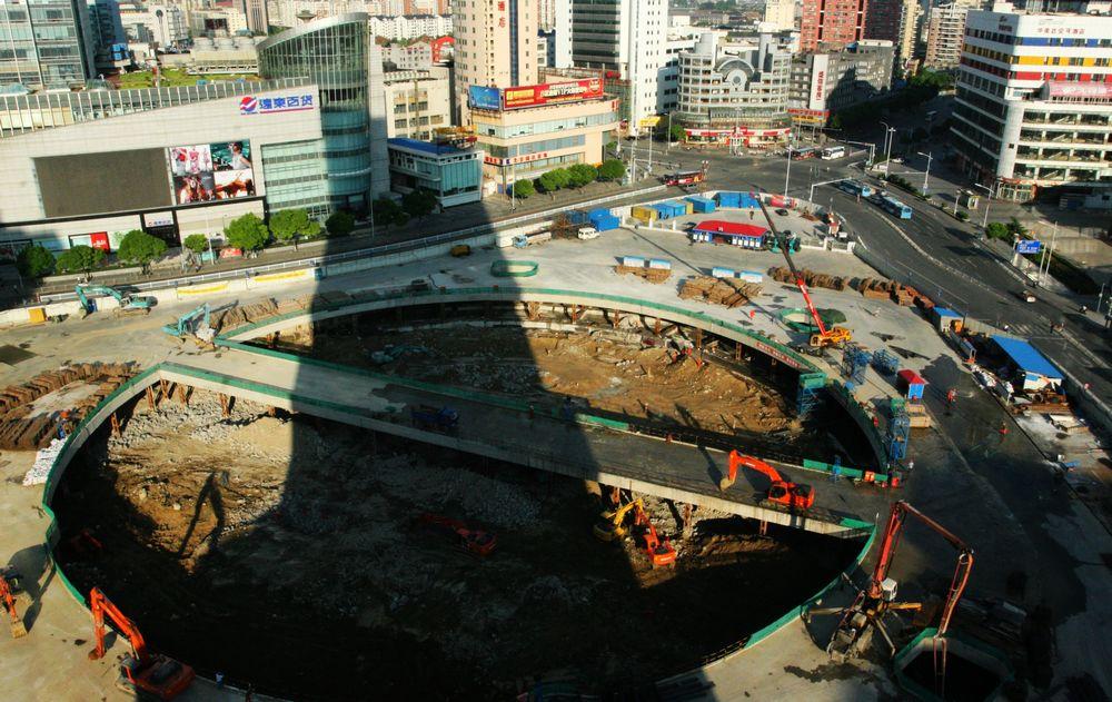 2010年8月20日7时28分,我所在的大楼在胜利门广场地铁工地留下了长长的影子。.jpg