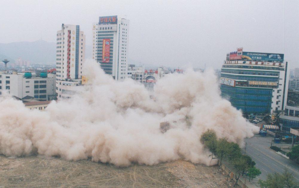 2001年4月10日,位于无锡胜利门地区的第一百货公司老大楼实行定向爆破。.jpg