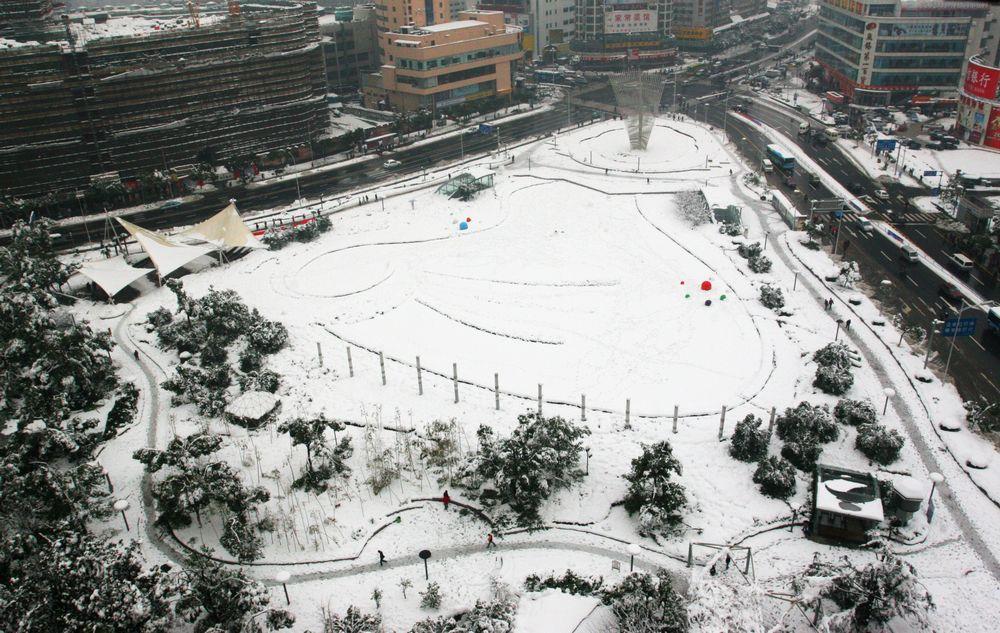 2008年1月26日,一场瑞雪给广场披上了漂亮的银装。当年11月下旬,《无锡快速轨道交通近期建设规划》获国务院批准。胜利门广场也将再次改变面貌。.jpg